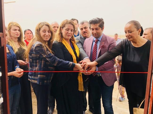 Himanshu Gulati (Frp) fikk æren av å klippe snoren og innvie den provisoriske butikken som Parween Rasho (20) åpnet i flyktningleiren Esyan utenfor Duhok, som ligger i de kurdiske områdene i Nord-Irak.