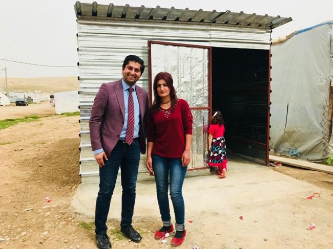 Gulati, her avbildet med tidligere sex-slave Parween Rasho (20), sier det bor 14.766 personer fra yazidi-minoriteten i flyktningleiren Esyan. FOTO: Himanshu Gulati