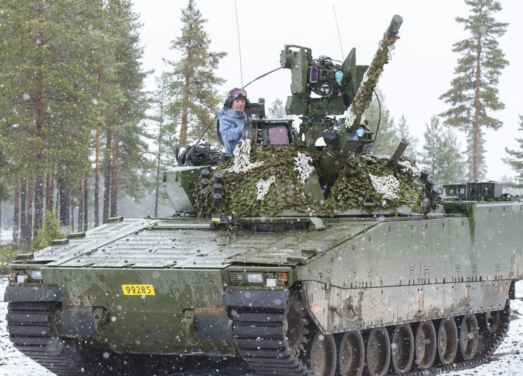 Forsvarsminister Frank Bakke-Jensen (H) med hjelm sitter i en CV90 stridsvogn på øvningsfeltet ved Rena militærleir. Foto: Vidar Ruud / NTB scanpix
