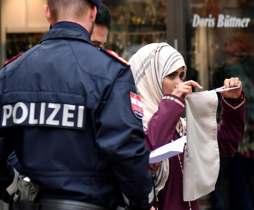 VIS ANSIKT: Politiet ber en muslimsk kvinne i byen Zell am See om å fjerne det ansiktsdekkende plagget.