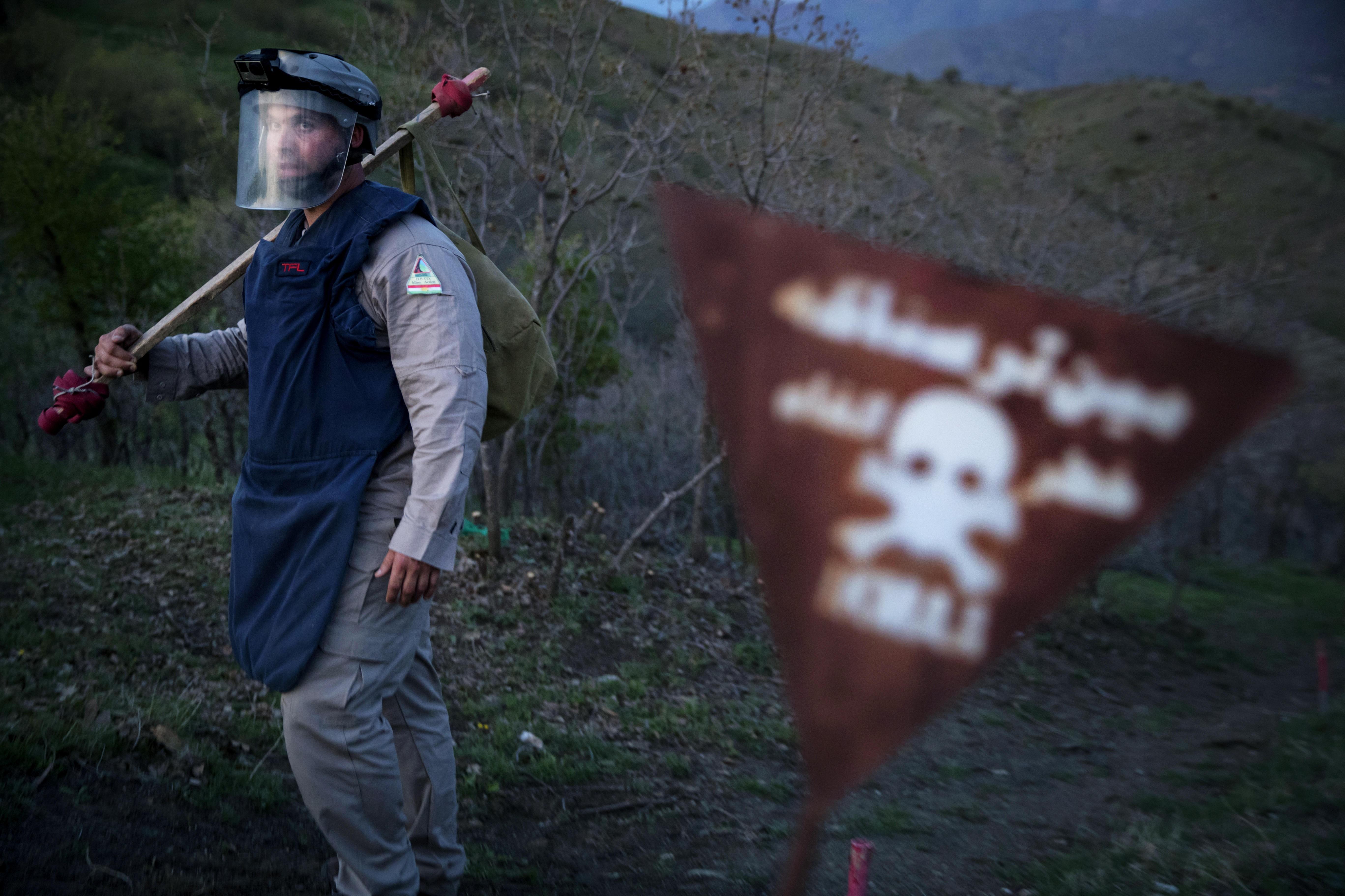 MARKERER LANDMINER: I grenseområdene mellom Irak og Iran står disse varselskiltene tett i tett. Flere millioner landminer ligger i området etter Irak–Iran krigen på 80-tallet. Audun i bakgrunnen.