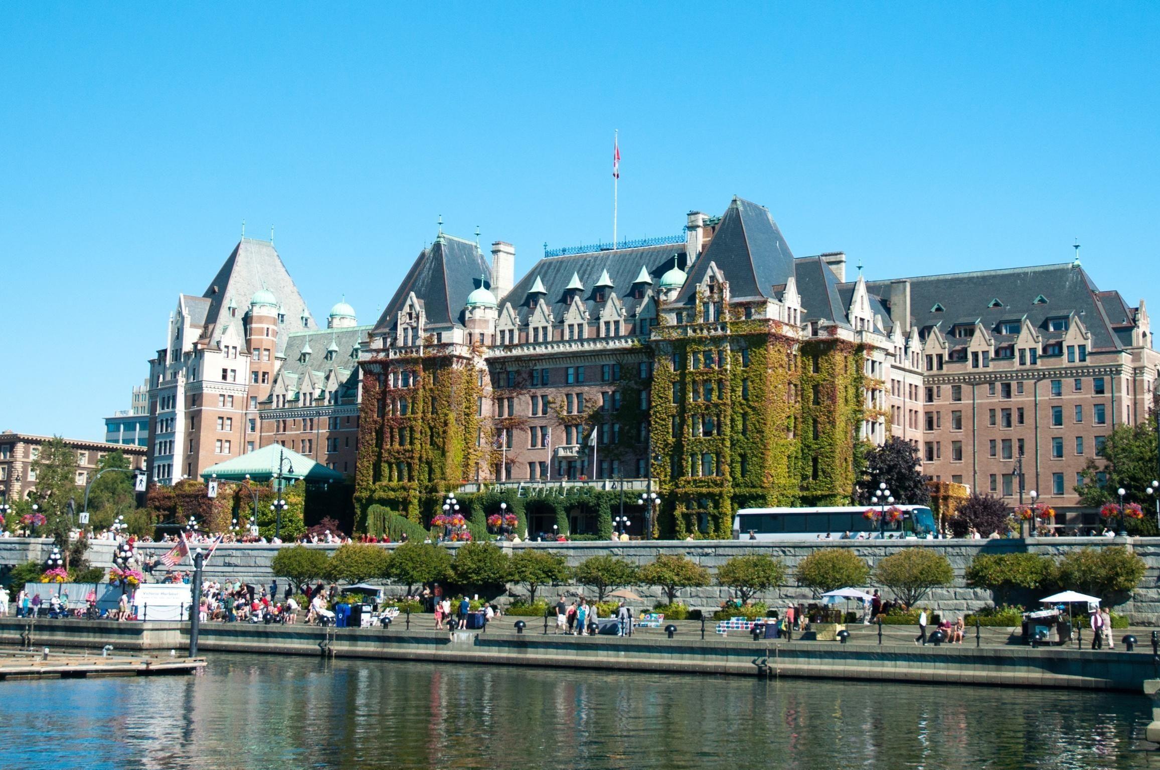 BANNLYST: På luksushotellet Empress Hotel i Victoria, Canada, hadde en gjest en uheldig situasjon med en flokk måker. Uhellet førte til at han ble bannlyst på evig tid.