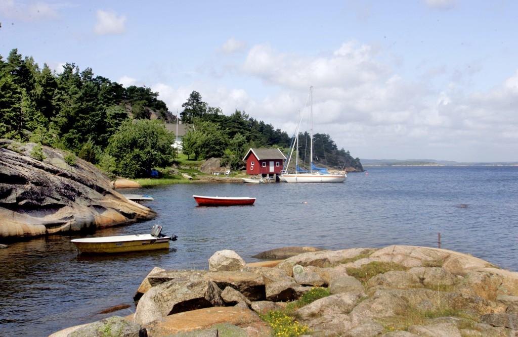 Hvaler 2006 Hytteliv om sommeren. Båter fortøyd. Seilbåt. Robåt. Ferie på hytta. Foto: Sara Johannessen / SCANPIX