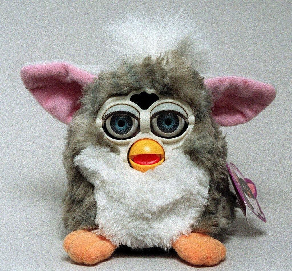 Furby var en stor suksess på slutten av 1990-tallet - og er det fremdeles. Denne karen er fra 1999.