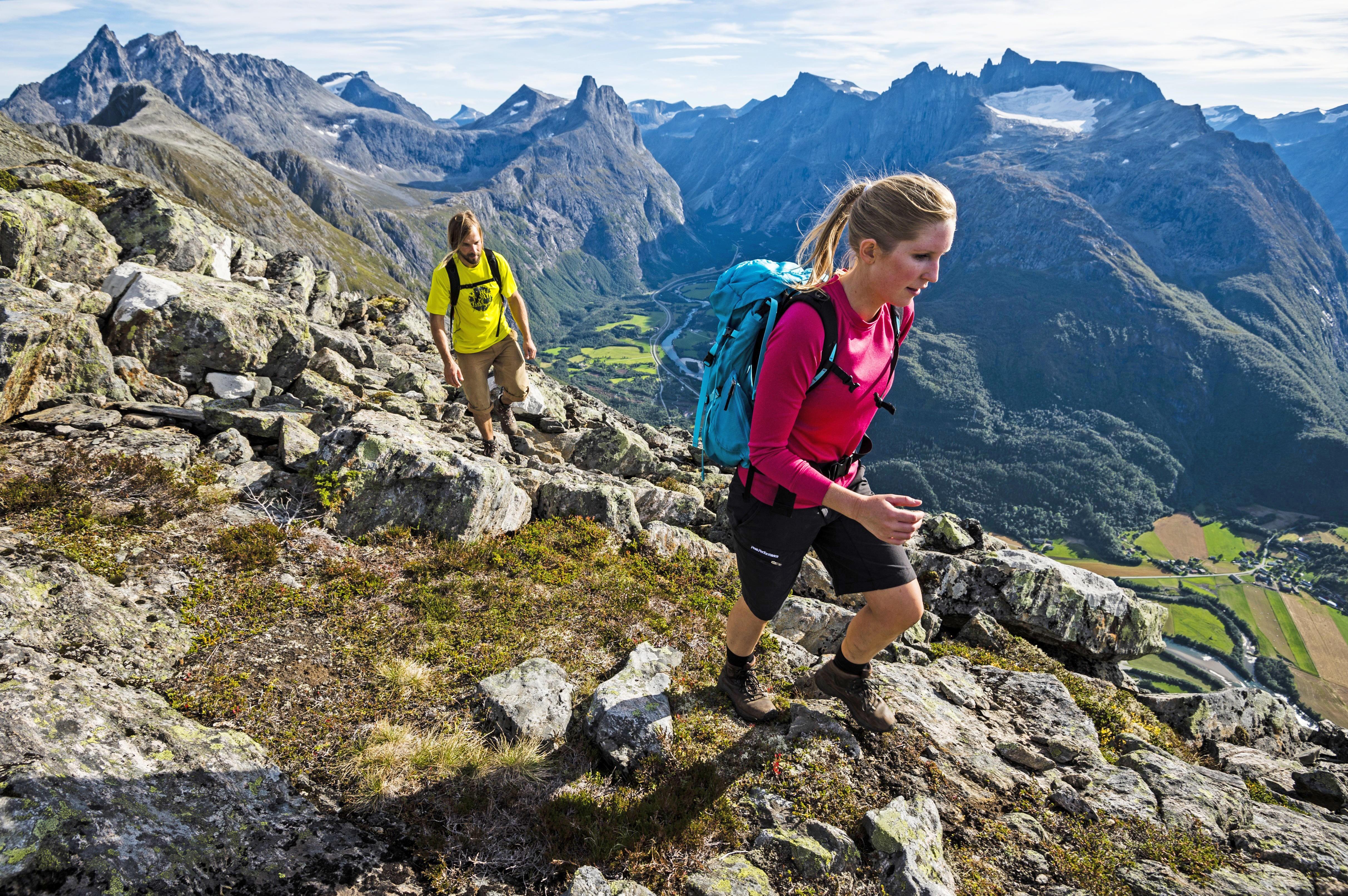ROMSDALSEGGEN: Elle Cochrane og Johan Jonsson på tur over Romsdalseggen. Høyde: 1320 moh.