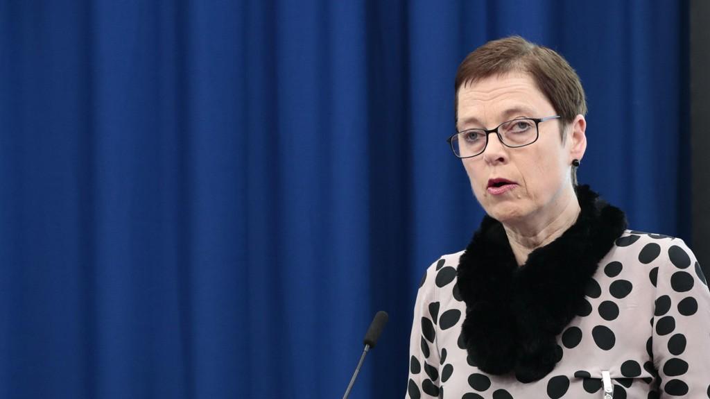 STÅR PÅ SITT: Mari Velsand, direktør i Medietilsynet, på talerstolen i forbindelse med at kulturminister Trine Skei Grande mottar rapport om NRKs ansvar for mediemangfoldet.