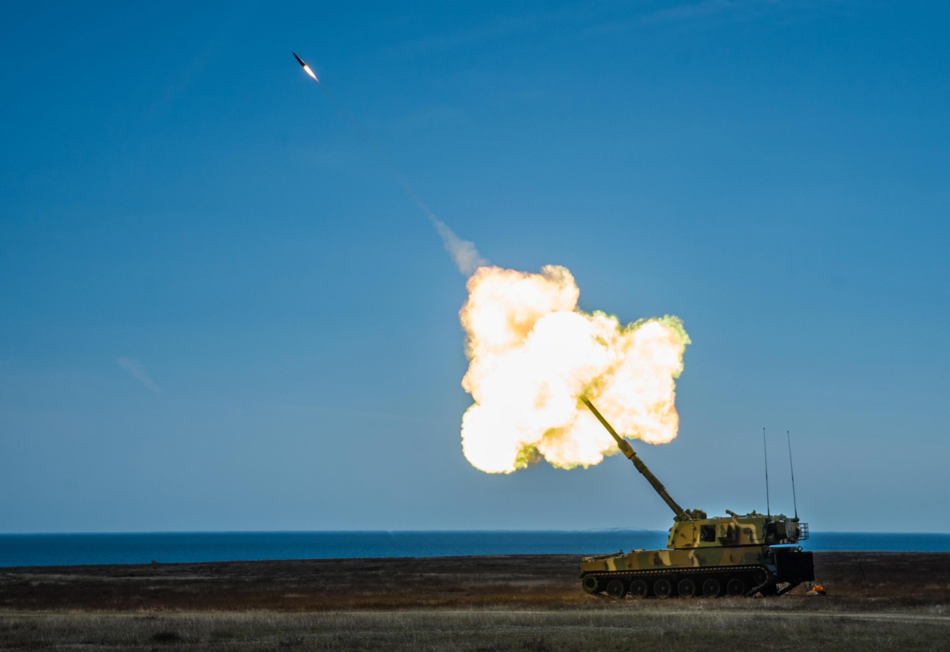 HØYTFLYGENDE: Den nye norske artillerigranaten flyr høyre enn et passasjerfly på vei mot et mål 40 km unna. Rakettmotoren, som gir økt rekkevidde, er synlig under granaten.