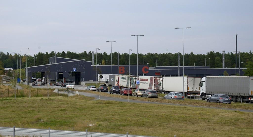 Torsdag og fredag har det blitt holdt kontroller ved grenseovergangene i Østfold og Hedmark. Bildet viser saktegående kø ved tollstasjonen på Svinesund ved en tidligere anledning. Foto: Johnny Laursen / NTB scanpix