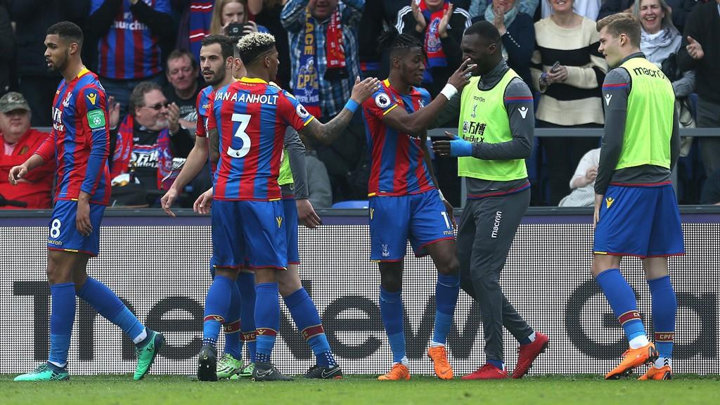 SCORINGSSHOW: Crystal Palaces Wilfried Zaha jubler med Christian Benteke etter en scoring i første omgang. Helt til høyre i bildet er norske Alexander Sørloth.