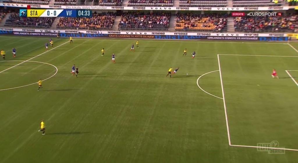 RØDT KORT: Her feller Simon Larsen en offensiv Bård Finne og fratar spilleren en åpenbar målsjanse. Dermed ble Larsen korrekt utvist av dommer Kai Erik Steen.