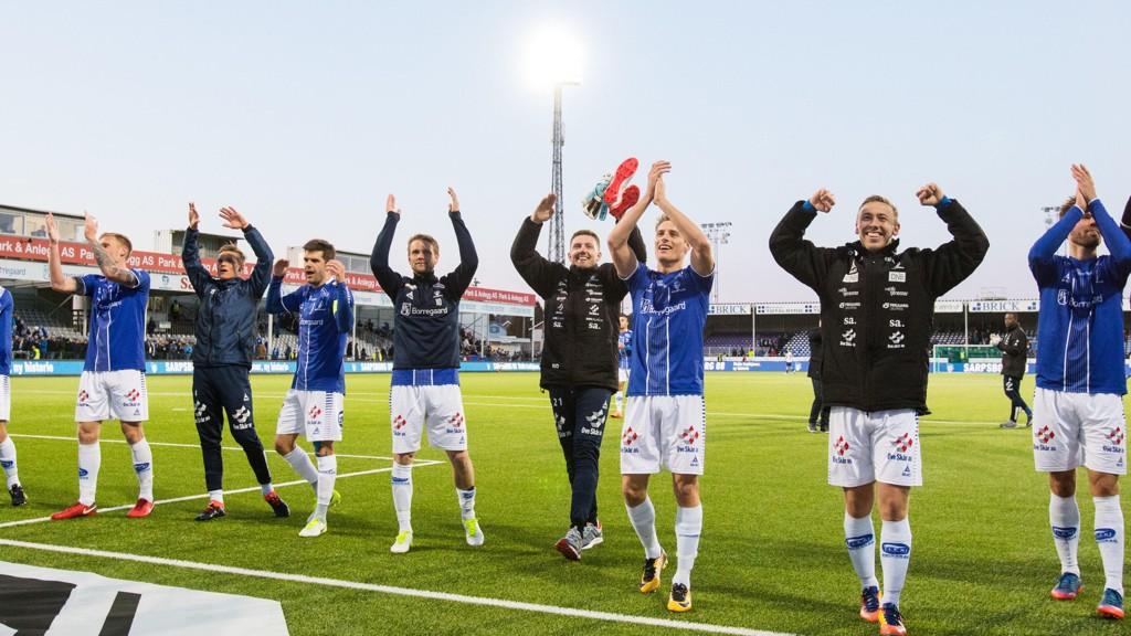 Sarpsborg 08s spillere tar imot publikums hyllest etter 3-0 seieren mot Vålerenga i forrige hjemmekamp.