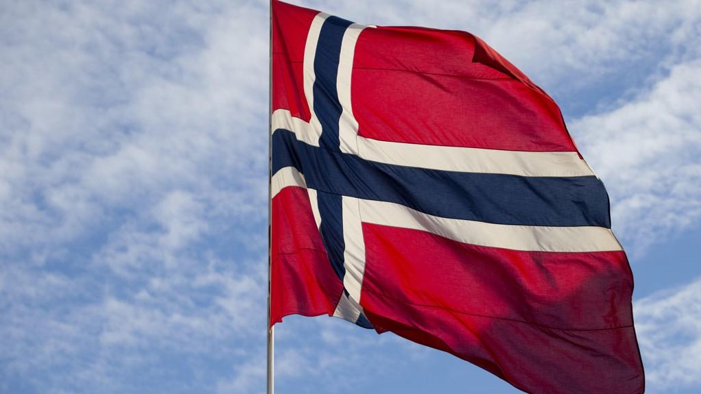 KRANGEL: Det er uenighet om hvilken rødfarge på det norske flagget som er det riktige.