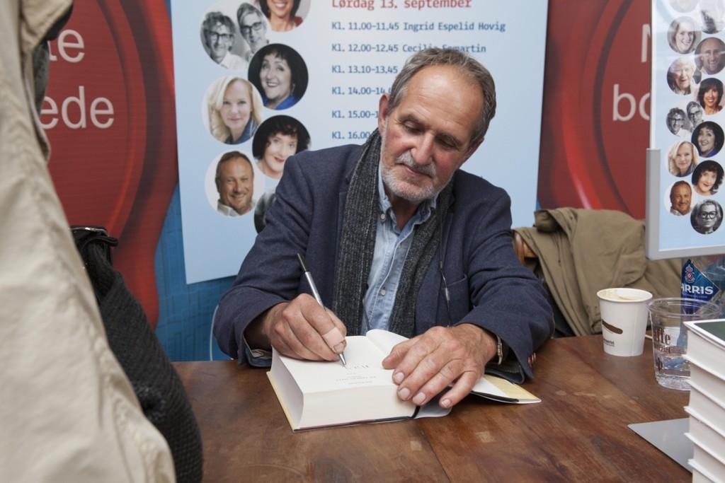 Jon Michelet er død, 73 år gammel. Her signerer han bøker under bokfestivalen i Oslo i 2014. Foto: Torstein Bøe / NTB scanpix