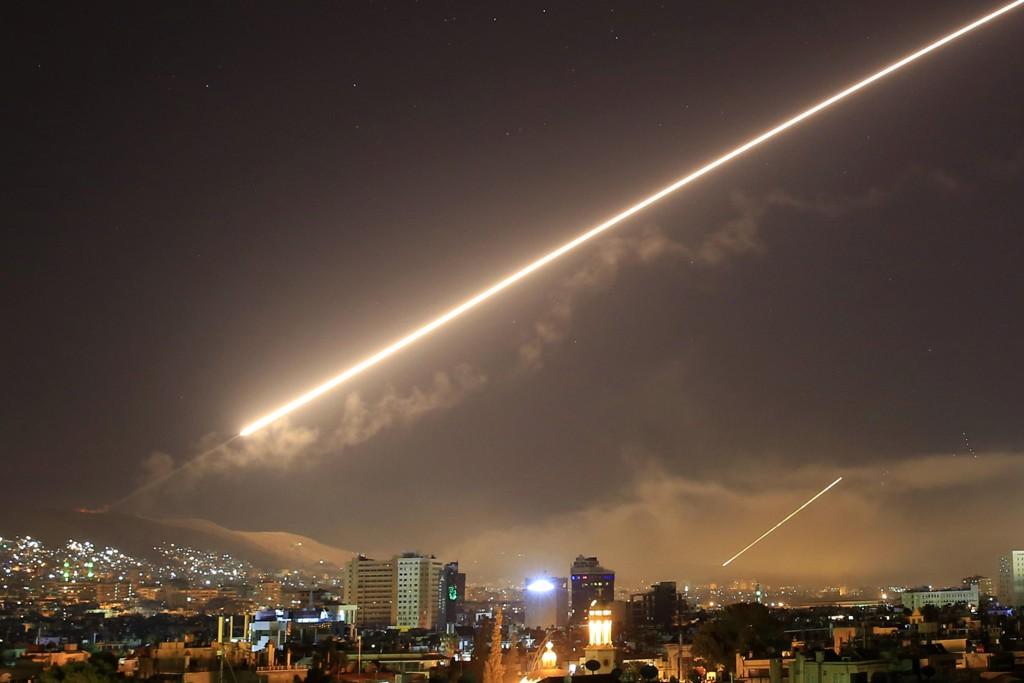 Rakettene lyste opp nattehimmelen i Syria lørdag. Foto: AP Photo/Hassan Ammar/NTB scanpix