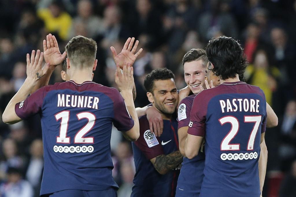 PSG-spillerne kunne juble over seriegull. Foto: Thibault Camus / AP / NTB scanpix