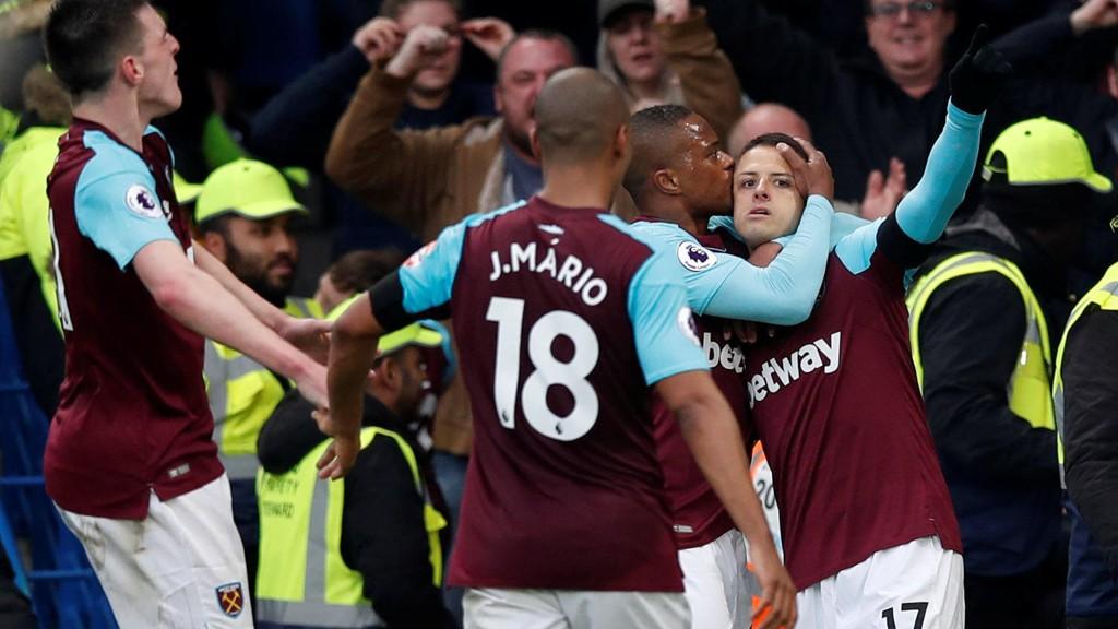 West Ham's Javier Hernandez omfavnes av sine lagkamerater etter å ha utlignet til 1-1 borte mot Chelsea forrige søndag.