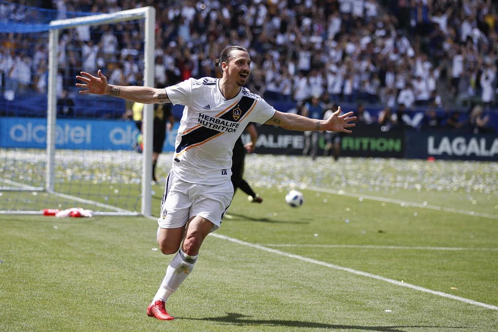 Zlatan Ibrahimovic sa sjansene for at han spiller VM er skyhøye. Uttalelsene er trolig en del av en reklamekampanje for spillselskapet han er deleier i. Foto: AP Photo/Jae C. Hong/NTB scanpix.