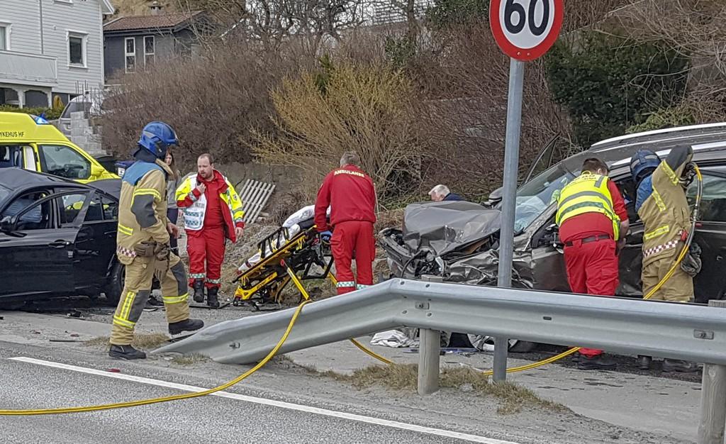 En person døde etter en frontkollisjon mellom to biler ved Mandal søndag. Foto: Svein frydnes / Lindesnes Avis / NTB scanpix