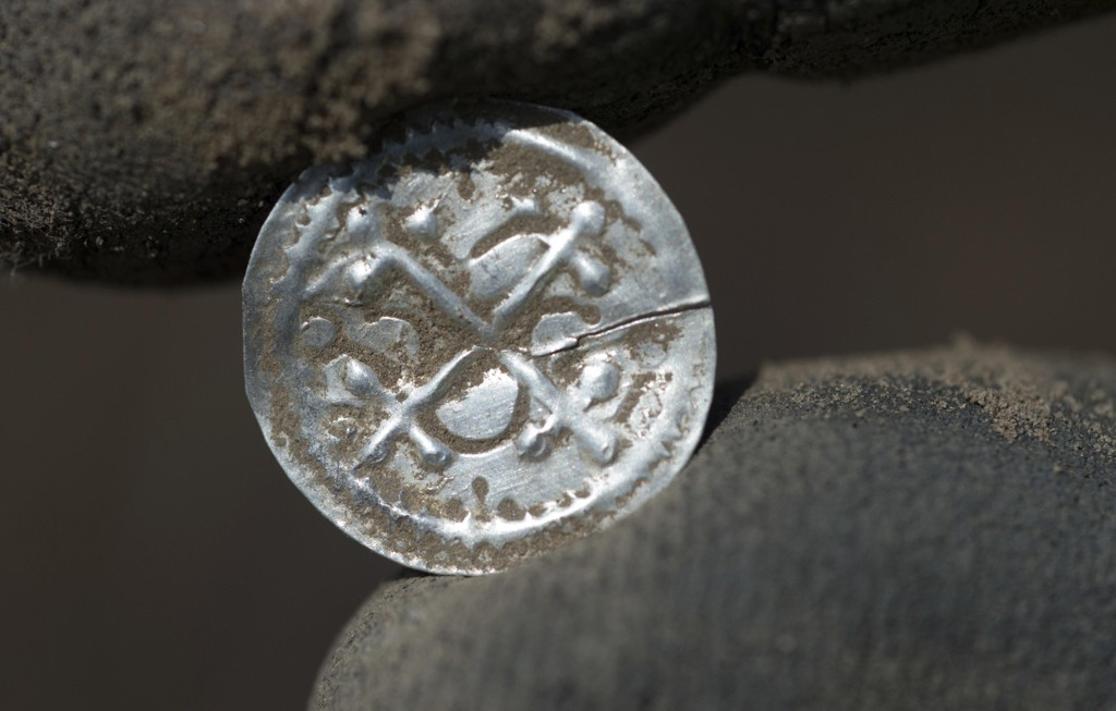 En dansk sølvmynt med opprinnelse fra tiden da kong Harald Blåtann hersket over landet, og som nå er funnet på øya Rügen i Nord-Tyskland. Foto: Stefan Sauer / dpa via AP / NTB scanpix