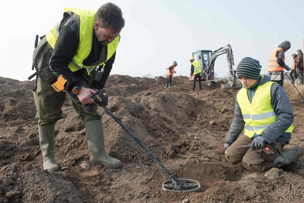 STORT FUNN: Amatørarkeologen René Schön (til venstre) og 13 år gamle Luca Malaschnichenko lette i et utgravingsfelt på øya Rügen da de fant sølvskatten som skal ha tilhørt den danske vikingkongen Harald Blåtann.