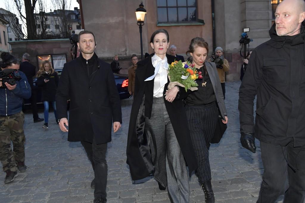 Sara Danius (i midten) idet hun forlater møtet der hun trakk seg som fast sekretær i Svenska Akademien med umiddelbar virkning sist fredag. Siden har hun fått støtte i to opprop, ett fra rundt 200 forfattere og et annet fra rundt 100 forskere. Foto: Jonas Ekströmer/TT / NTB scanpix