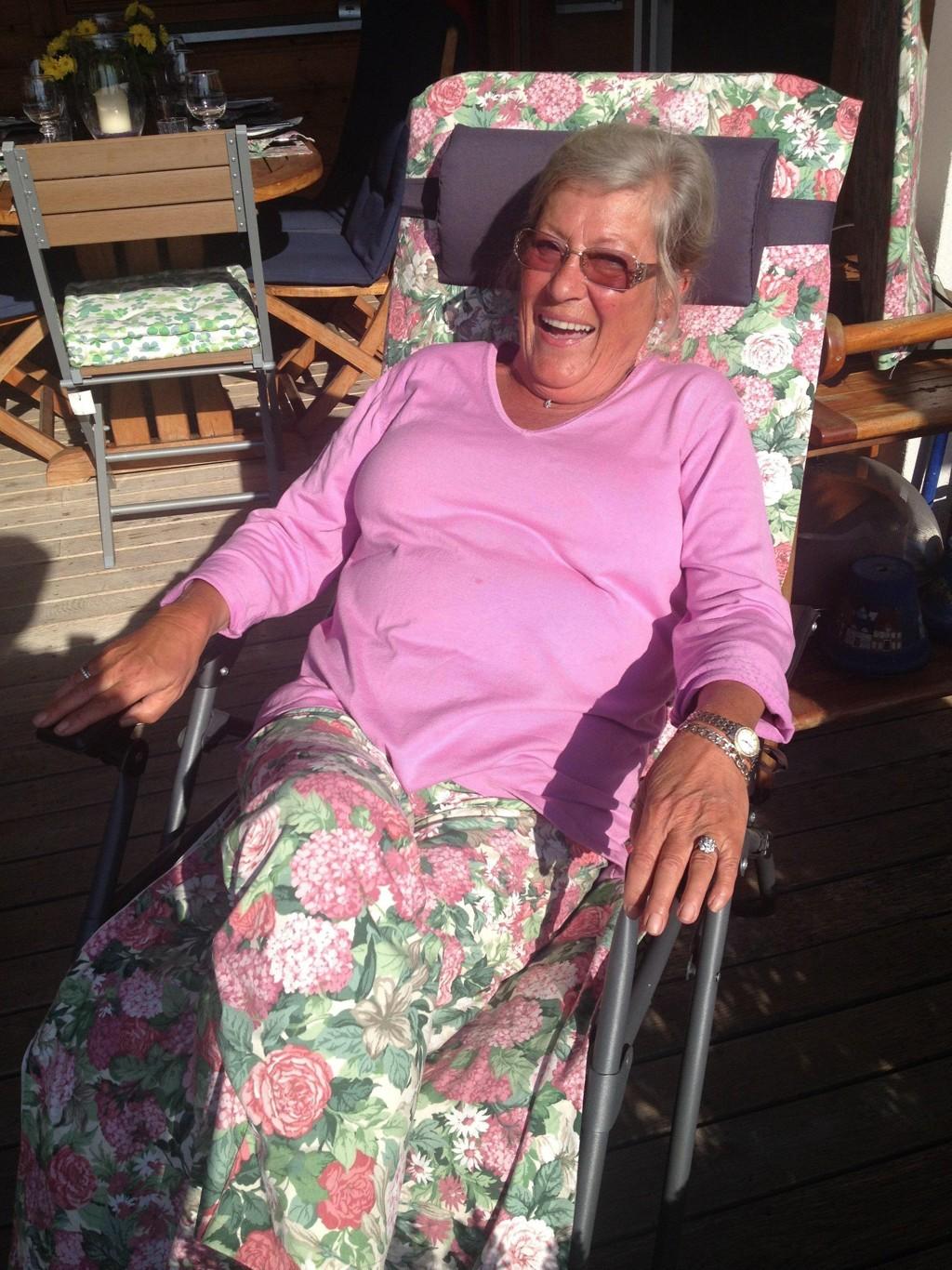 Av de gamle gardinene sydde mor trekk til solstolen og nye bukser med det samme stoffet. (Foto: Baard Fiksdal)