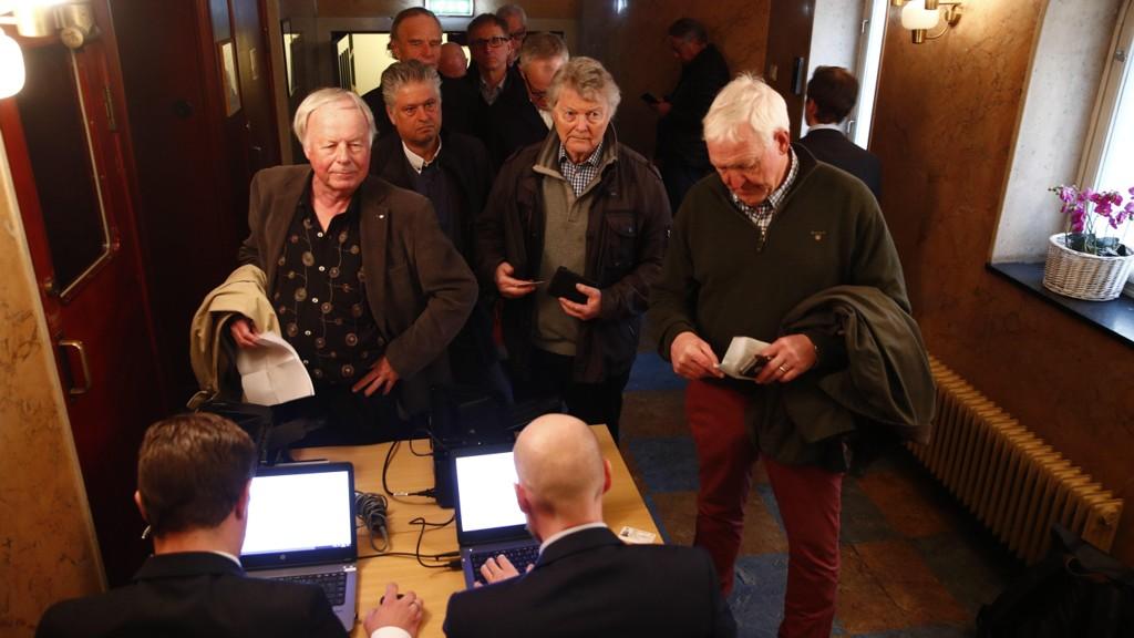 KØ: Folk står i kø før den ekstraordinær generelaforsamlingen til Mentor Media AS mandag ettermiddag.