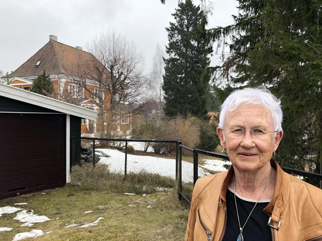 NEI: Kari Kveseth vil gjerne felle de høyre trærne på tomten sin, men kommunene sier blankt nei. Treet til besvær er det vi ser rett ved siden av det gule huset til Kveseth.