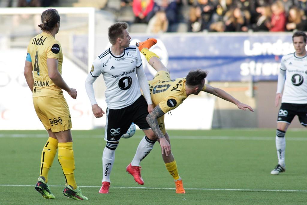 Alexander Søderlund ble avgjørende da Rosenborg slo Bodø/Glimt. Her er spissen i duell med Glimts José Angel Jurado. Foto: Mats Torbergsen / NTB scanpix