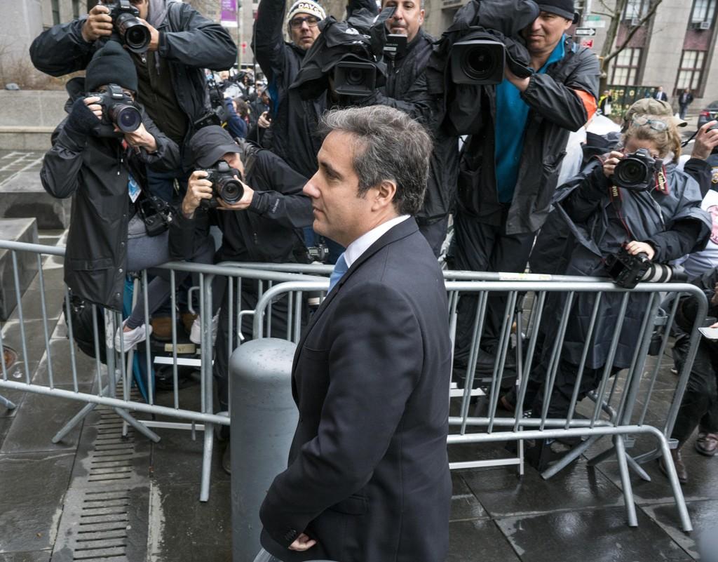 President Donald Trumps personlige advokat Michael Cohen på vei inn i rettsbygningen mandag. Foto: AP / NTB scanpix