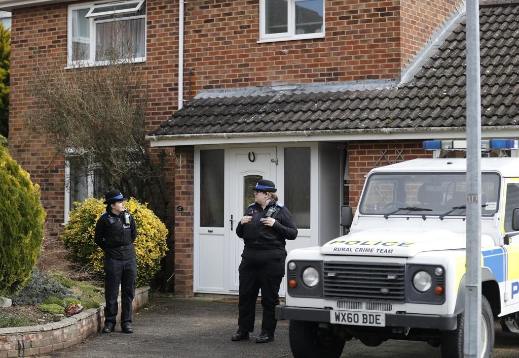 Politiet står utenfor huset til eksspion Sergej Skripal i Salisbury i England. Foto: Frank Augstein / AP / NTB scanpix