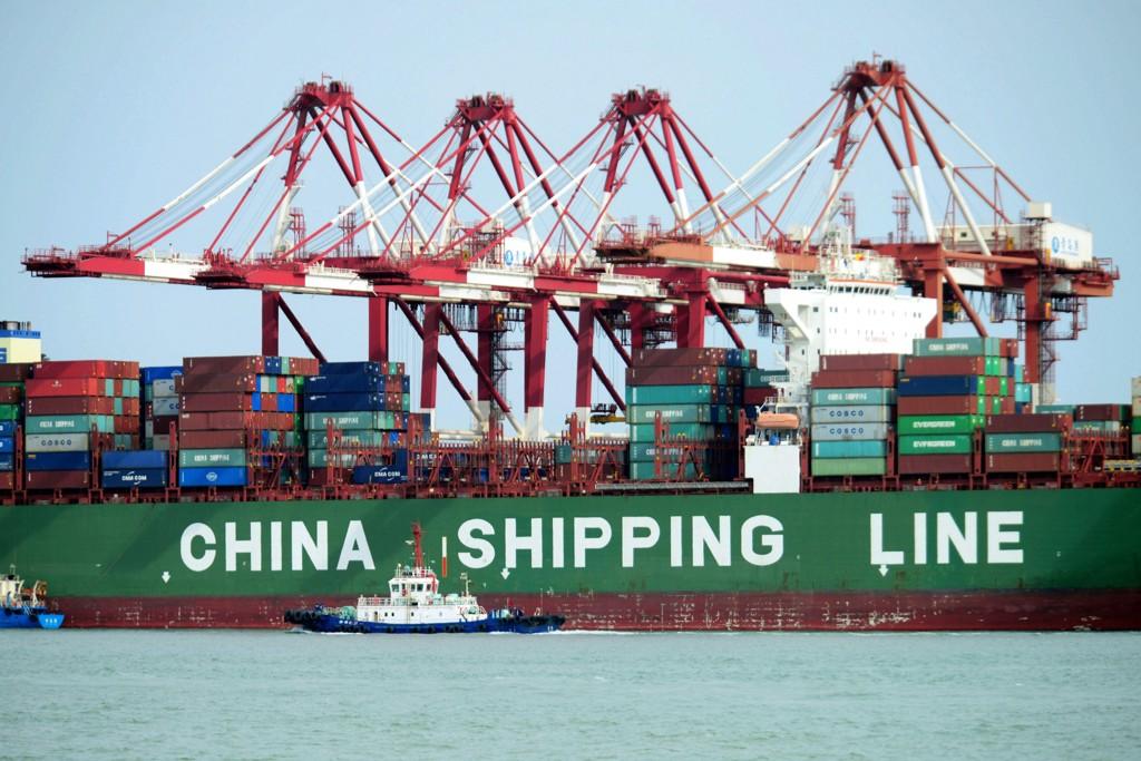 Et kinesisk konteinerskip i havnebyen Qingdao i Shandong. Kina kunne tirsdag legge fram tall som viser at det er god fart i landets økonomi. I år er det ventet en vekst på 6,8 prosent. Foto: Chinatopix Via AP / NTB scanpix