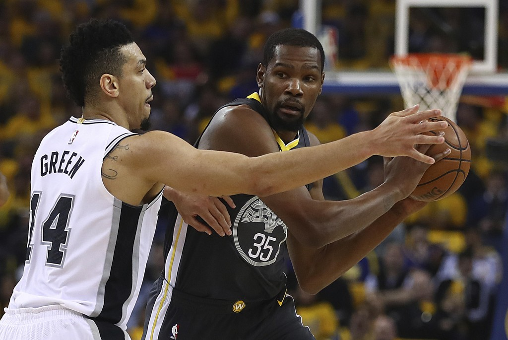 Golden State Warriors' Kevin Durant (til høyre) og San Antonio Spurs' Danny Green under nattens kamp i Oakland. Foto: Ben Margot / AP / NTB scanpix.
