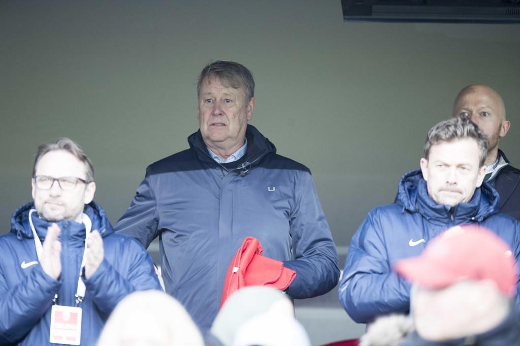 Danmarks landslagssjef Åge Hareide har sendt Pierre-Emile Højbjerg ut på sidelinjen. Foto: Terje Pedersen / NTB scanpix
