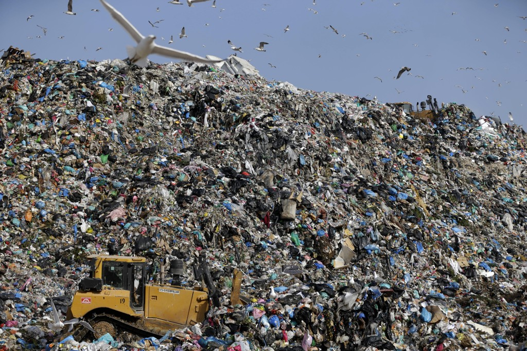 Måker flyr over plast og annet søppel på Hellas' største søppelfylling i utkanten av Aten. Foto: AP/NTB scanpix