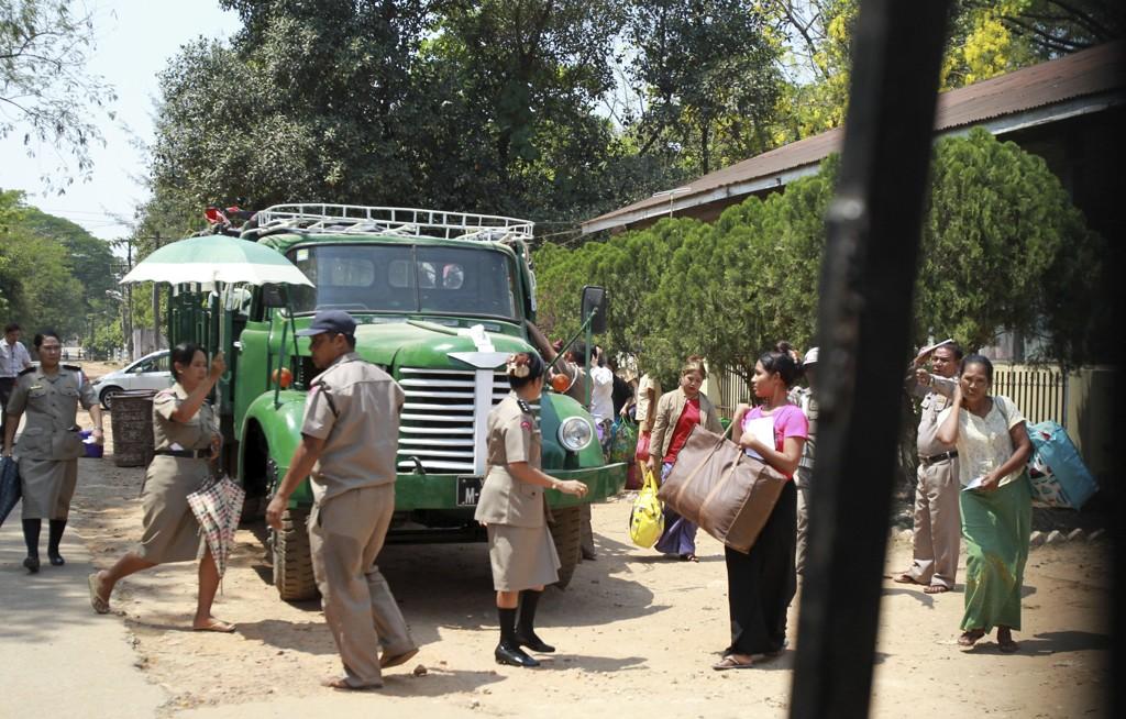 Flere kvinner på vei ut av fengselet Insein i Yangon i Myanmar etter at de ble løslatt. Foto: Thein Zaw / AP / NTB scanpix