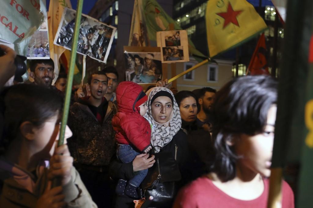 Kurdere under en demonstrasjon i Aten 20. mars. Demonstrantene marsjerte til den tyrkiske ambassaden i protest mot militæroperasjonen i de kurdiskbefolkede områdene i Nord-Syria. Foto: Thanassis Stavrakis / AP / NTB scanpix