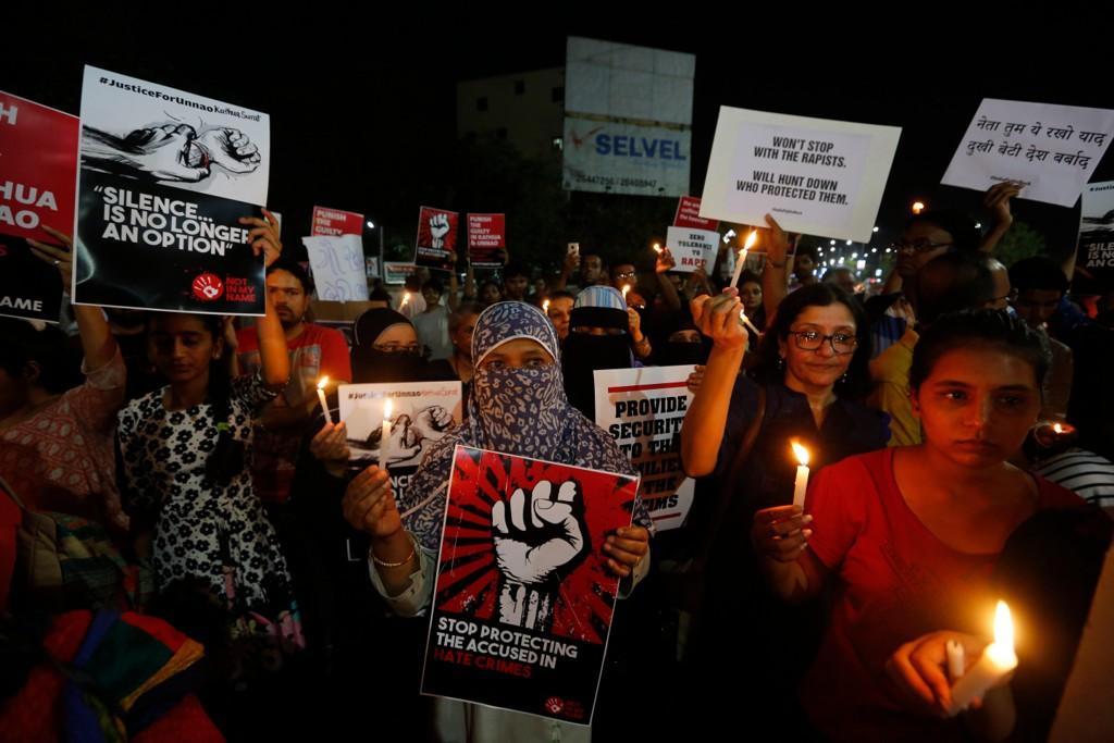 I løpet av den siste uken er det holdt en rekke demonstrasjoner over hele India, etter at en åtte år gammel muslimsk jente ble gjengvoldtatt og drept i januar i den indiske delstaten Jammu og Kashmir. Her fra en demonstrasjon i Ahmadabad mandag 16 april. Foto: Ajit Solanki / AP / NTB scanpix