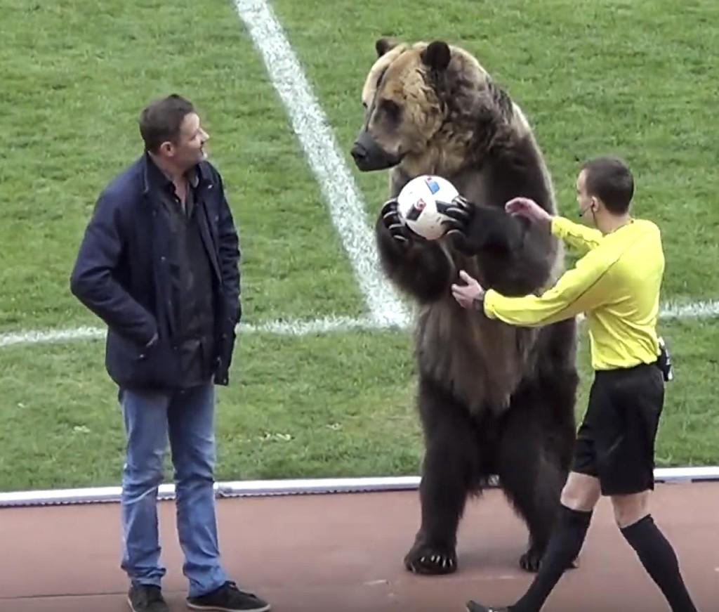 Bjørn Tim ble sentral under en fotballkamp i Russland lørdag. Foto: AP / NTB scanpix