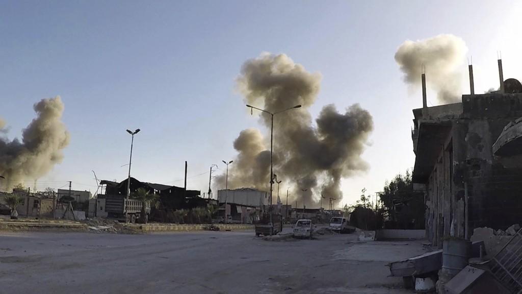 Røyk stiger opp fra Douma i begynnelsen av april da den syriske byen angivelig ble utsatt for et kjemisk angrep. Foto: Hvite hjelmer / AP / NTB scanpix