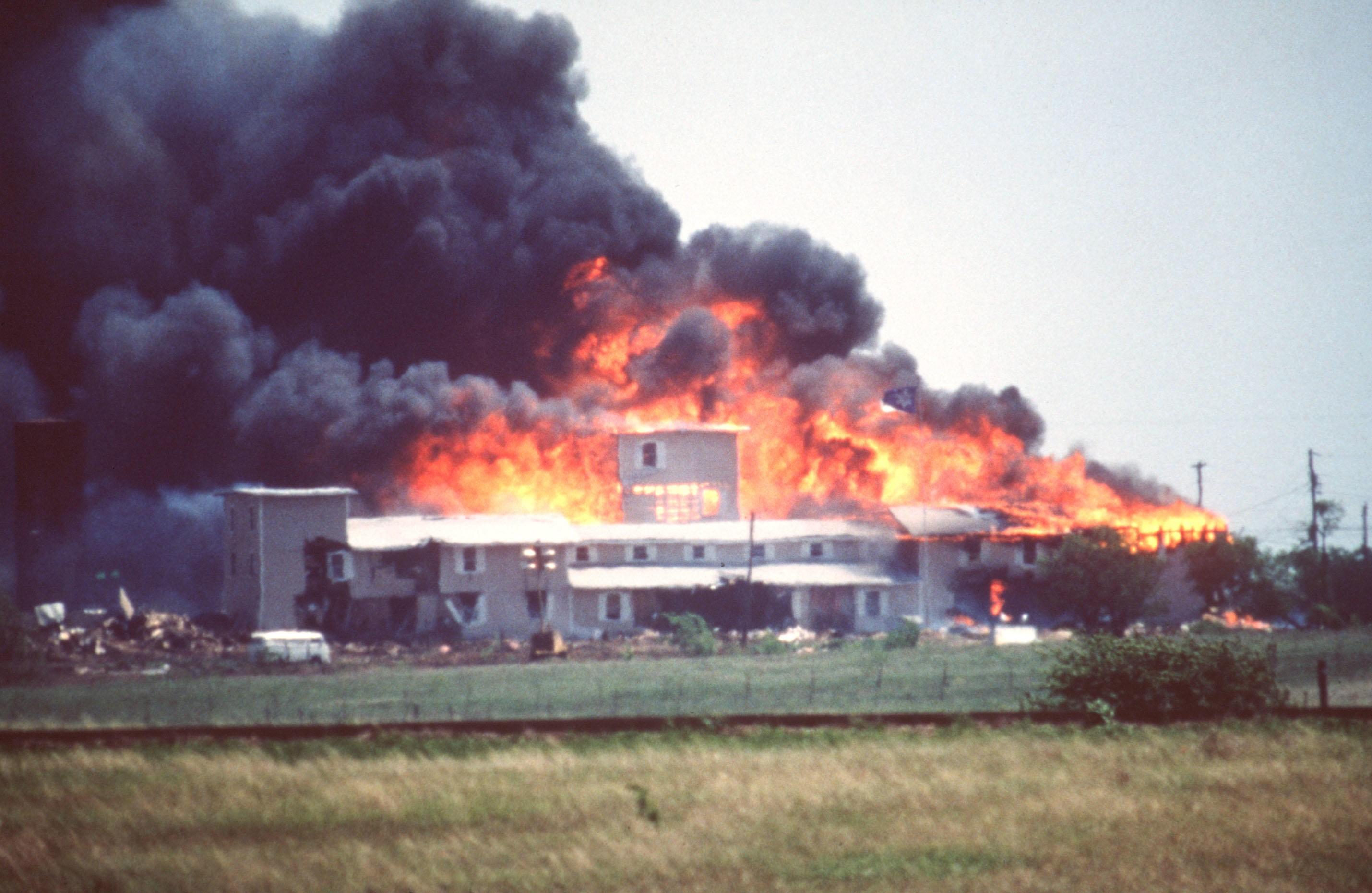 INFERNOET I WACO: Etter 51 dagers beleiring og ingen tegn til at sekten vil overgi seg frivillig, rykket FBI inn med pansrede kjøretøy. Sektens hovedkvarter, Mount Carmel Center Ranch i Waco i Texas, stod snart i fyr. I ruinene etter brannen lå 76 sektmedlemmer brent til døde, deriblant lederen David Koresh.