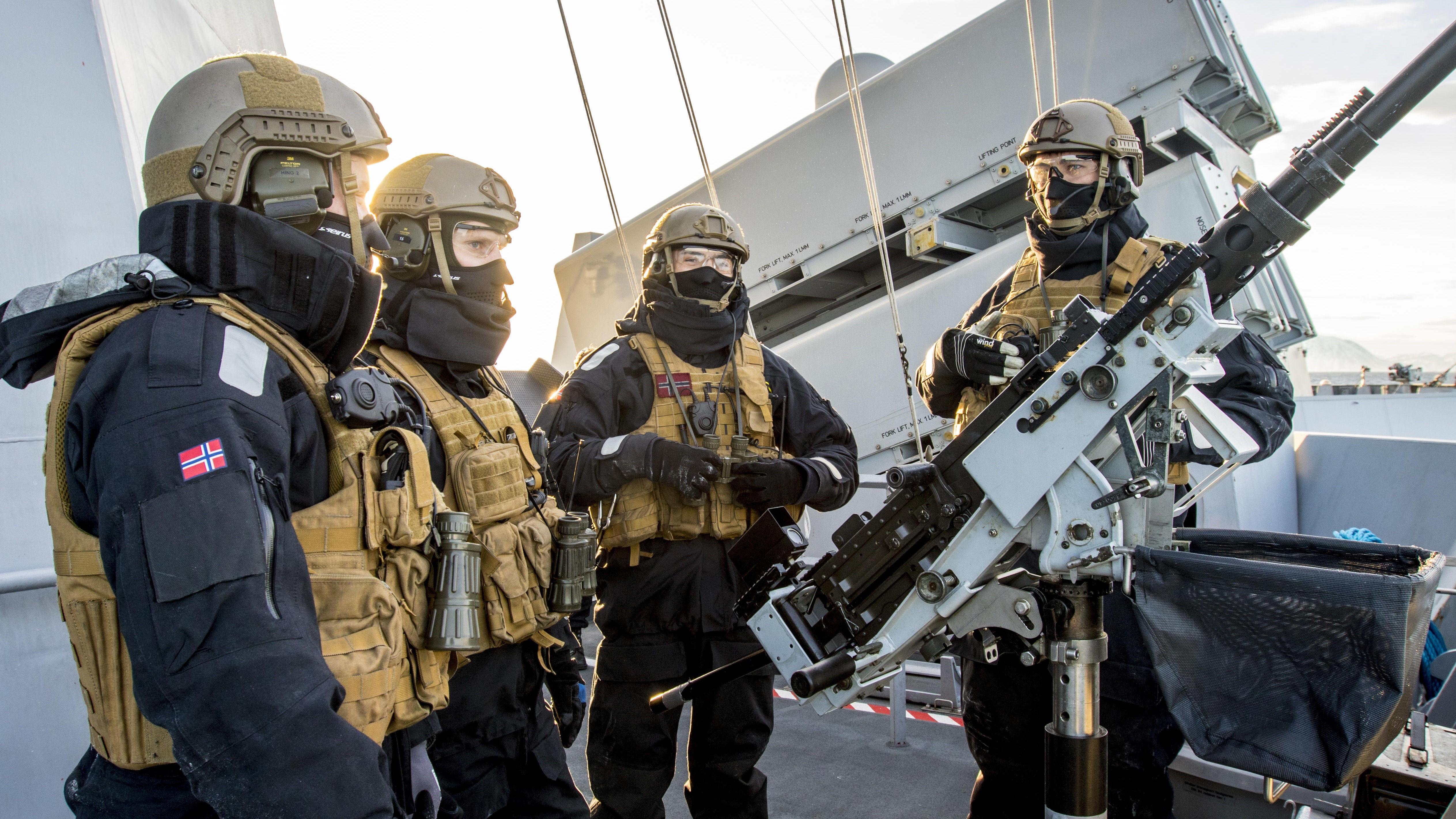 ØVELSE: Her planlegges det før en skyteøvelse med 12.7 mm mitraljøse om bord en kystkorvette i Skjold-klassen. Korvettene vil bli faset ut når F-35 er innført og utstyrt med Joint Strike Missile (JSM). I artikkelen nedenfor får du se hvordan Norges nye marine blir.