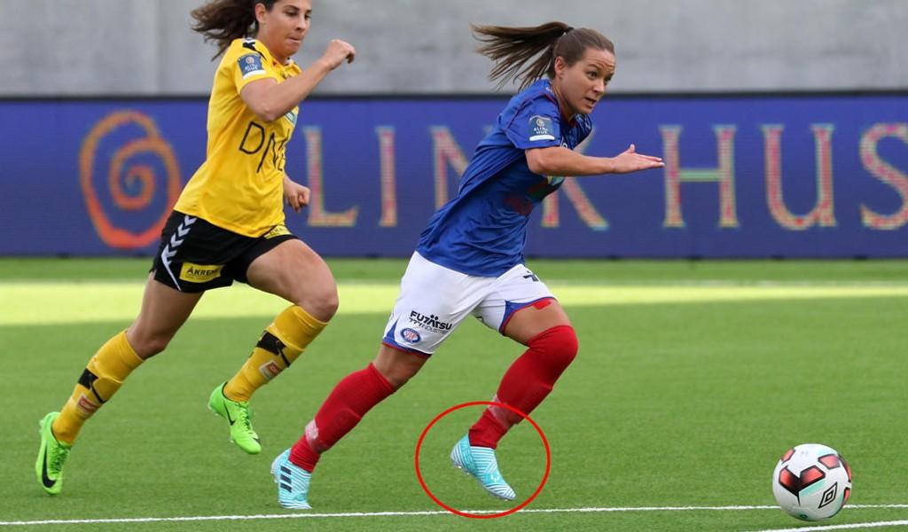 DÅRLIG UTVALG: Maren Hauge (t.h) er blant spillerne i Toppserien som må bruke barnesko, slik hun gjør i bildet over hentet fra fjorårets NM-semifinale mot LSK.