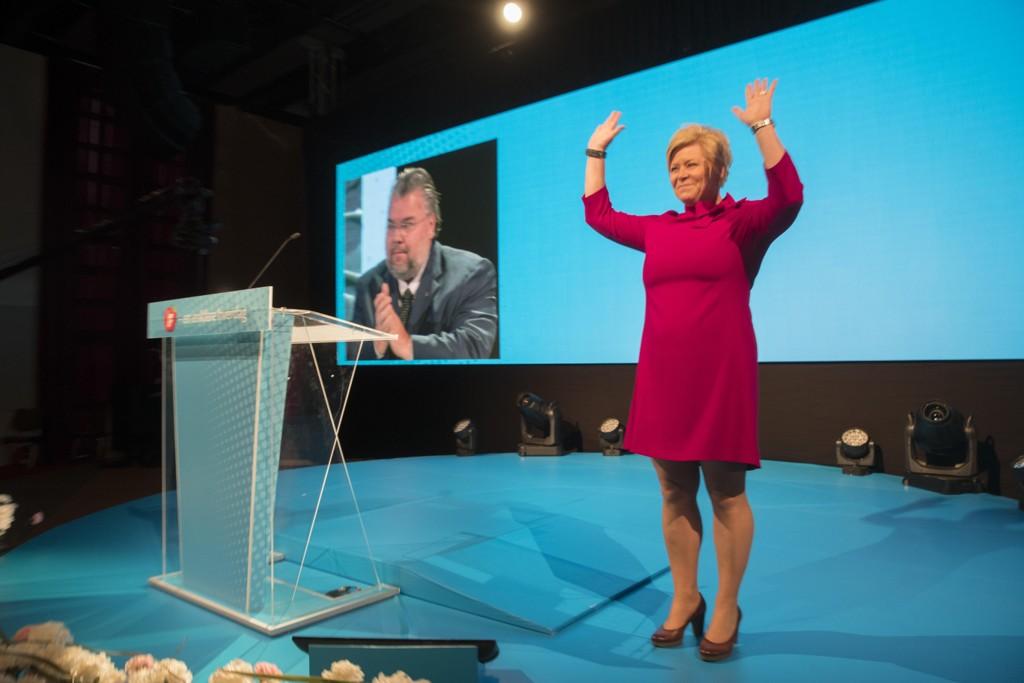 FJERNE: Frp leder Siv Jensen jublet da hun søndag ble gjenvalgt til leder av Frp. Nå må hun også jobbe for å få fjernet sukkeravgiften som regjeringen har innført etter forhandlinger med KrF og Venstre.