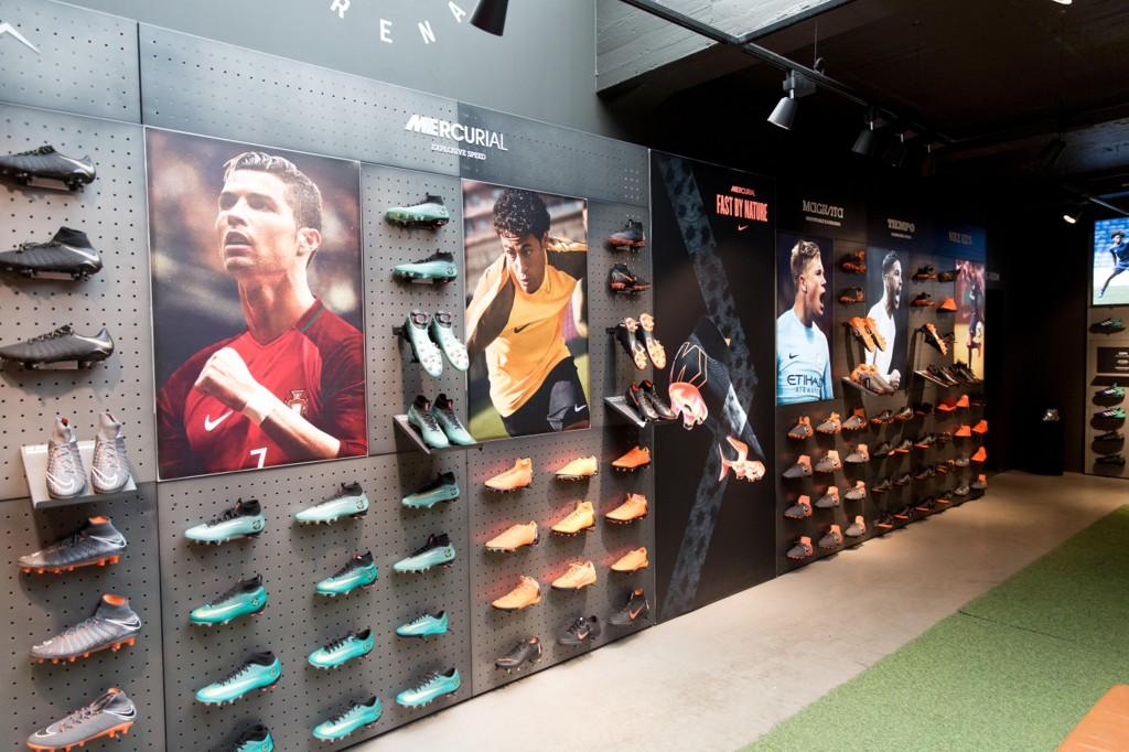 KUN MENN: På veggene hos Torshov Sport finner man reklame for navn som Cristiano Ronaldo, Neymar og Kevin de Bruyne i Nike-seksjonen.