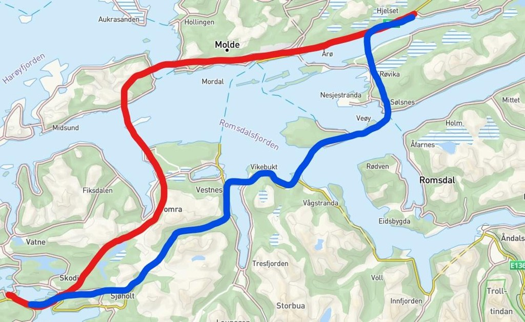 Den røde streken viser Møreaksen med veier nord og syd for Romsdalsfjorden, vedtatt i Nasjonal Transportplan som fergefri fjordkryssing. Den blå streken viser traseen til Romsdalsaksen, en aktivistgruppe som ønsker en annen løsning for vei over Romsdalsfjorden.