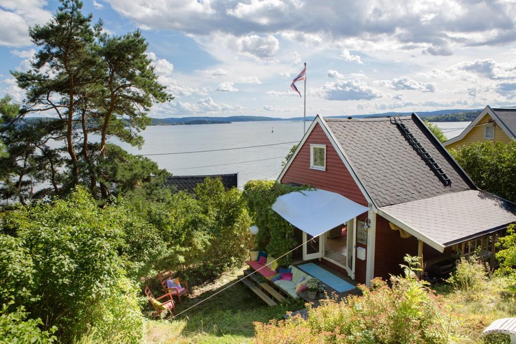 BY-IDYLL: Denne lille hytta på Bleikøya var den første som dukket opp for salg på disse øyene i Oslos havnebasseng denne sesongen. Bleikøya ligger øst for Hovedøya i Oslofjorden, og med fjordbåten fra Aker brygge tar det 15 minutter.