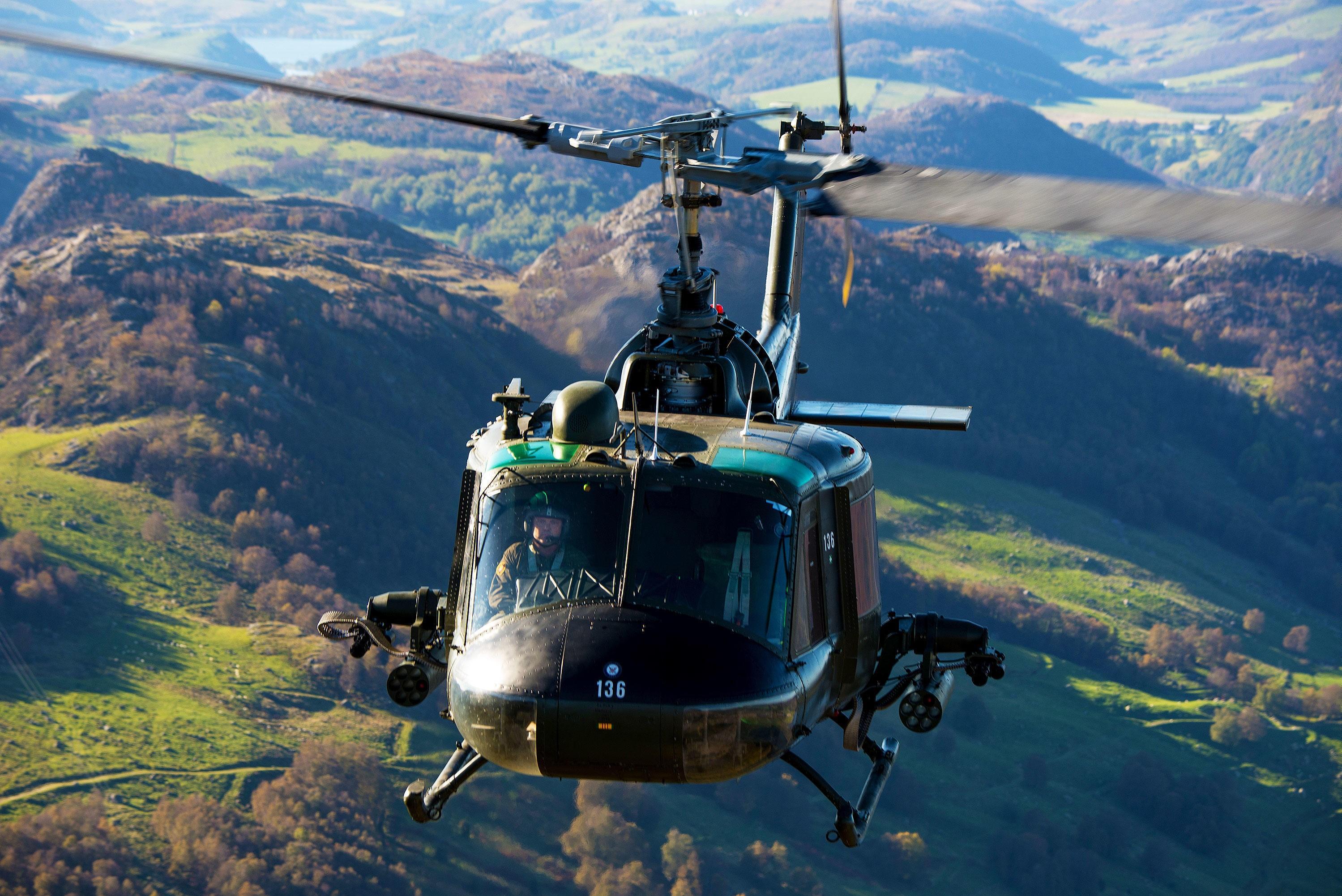 STRIDSTESTET: Huey-kamphelikopteret Stig Bakke flyr over Jæren har faktisk tjenestegjort i Vietnamkrigen.
