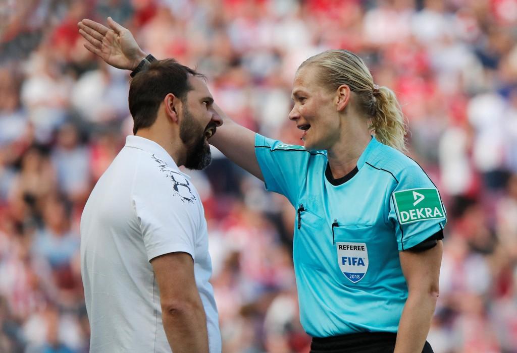 NÆRBILDE: Köln-trener Stefan Ruthenbeck var lite tilfreds da Bibiana Steinhaus ikke dømte straffe til hjemmelaget mot Bayern München. Denne lille diskusjonen kom neppe med på TV i alle land som viste kampen.