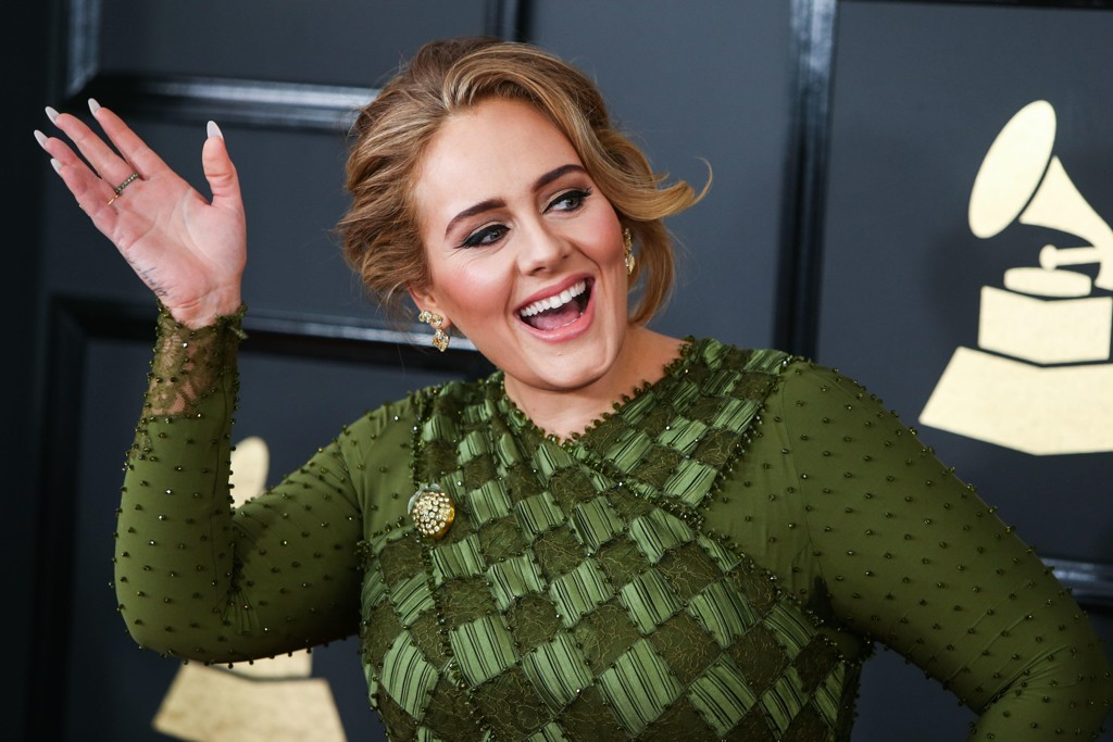 Adele feier nylig 30-årsdagen sin med en stor fest hvor temaet var Titanic. Det har fått flere på Twitter til å se rødt.
